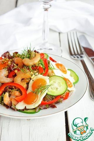 Полейте салат заправкой, выложите сверху горячую яичницу