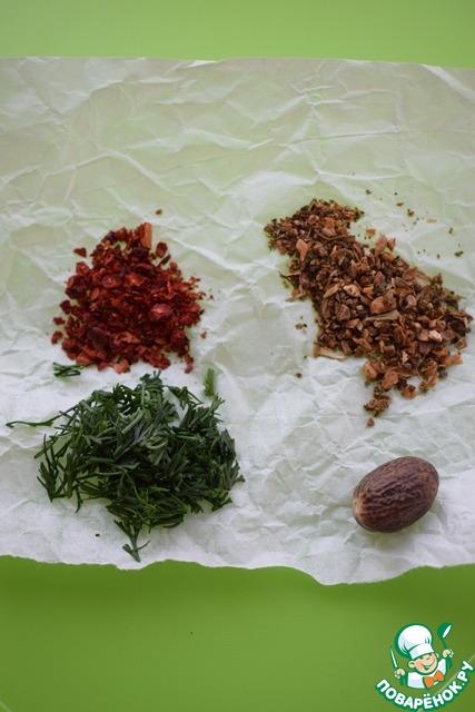 Подготовим специи и зелень.    На мой взгляд, вкуснее всего в этом соусе сочетаются мускатный орех, сладкая паприка и смесь прованских трав.     Из зелени предпочтение мы отдаем укропу.     Вы можете добавлять любые специи на ваш вкус.    Если вы готовите этот соус для деток, то количество специй, соответственно, нужно уменьшить.