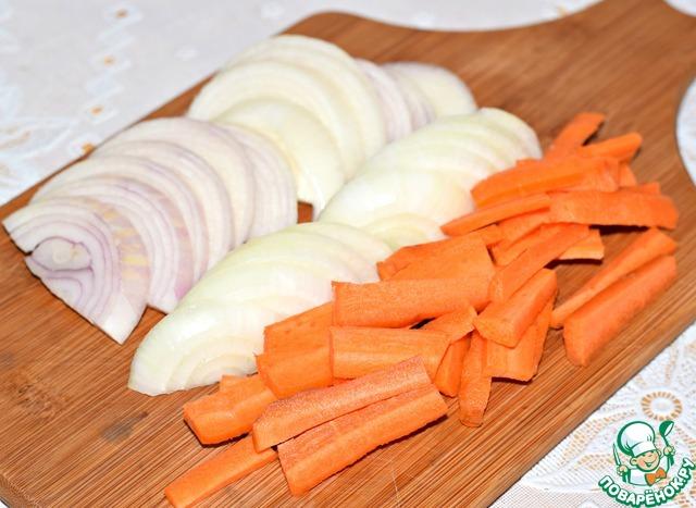 Морковь нарезать крупной соломкой, лук-полукольцами.