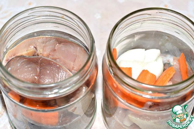 """Банки тщательно вымыть горячей водой, ошпарить кипятком.   Уложить в банки рыбу, чередуя с луком и морковью и пересыпая солью (на одну банку 0,5 л - 1 ч. ложка соли без горки).     В каждую банку положить по листочку лаврового листа, по две горошины черного перца и по щепотке семян горчицы.     Наполнить банки нужно не до верха, а чтобы от края оставалось свободное пространство 1-1,5 сантиметра, до """"плечиков""""."""