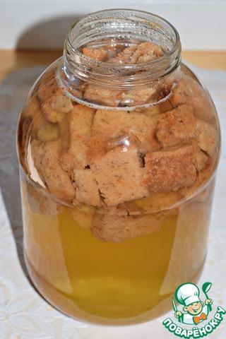 Залить сухари кипятком и остудить до комнатной температуры.