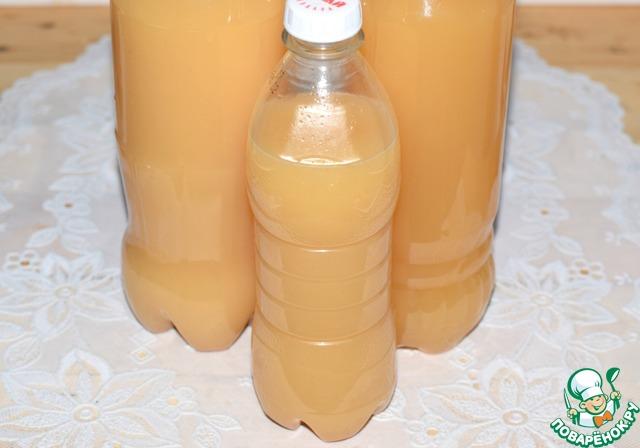Плотно закрыть бутылки и поставить их в холодильник на сутки-двое. За это время квас еще настоится, приобретет необходимую резкость и станет прозрачным (отстоится).   Из данного количества ингредиентов получается 2,5 литра кваса.