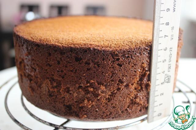 Этот бисквит всегда получается очень пышным и высоким. Моя форма 20 см диаметром. Можно взять и шире, но тогда он получится чуть ниже.