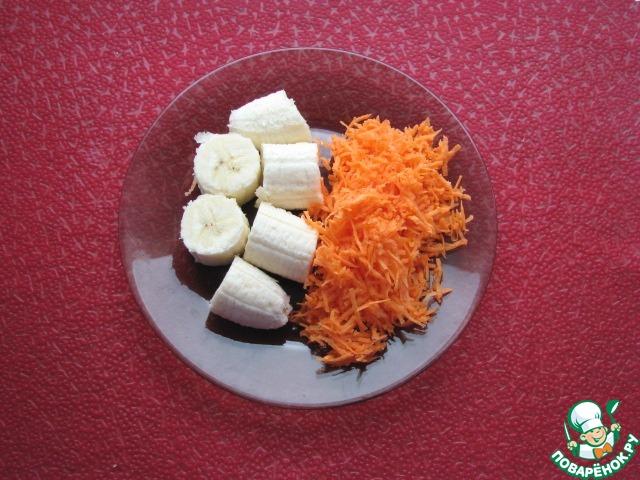 Очищенную морковь натереть на мелкой терке, банан порезать на кусочки.