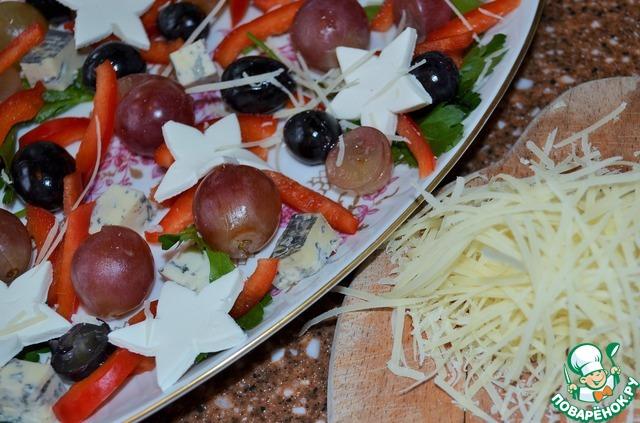 Пармезан натереть на мелкой терке, присыпать им салат.    Рассыпать по нему вяленую клюкву.