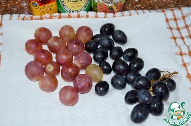 Виноград отделить от веток, оставив небольшую кисть на украшение.   Вымыть и обсушить.