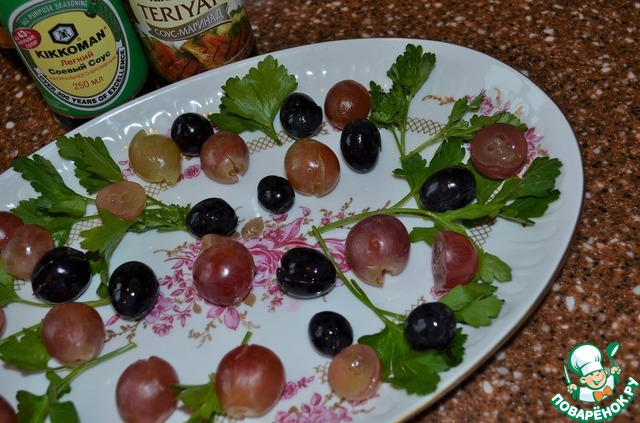 Петрушку вымыть, обсушить и разложить на блюде.   Виноград освободить от косточек.    Разложить на блюде.