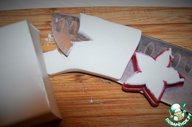 Фетаки нарезать на тонкие пластины, формочками вырезать тематические фигурки.   Разложить на блюдо перец и фетаки.