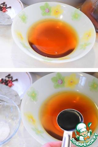 Заварить из черного чая и воды крепкий чай. Процедить его. Добавить в заварку соевый соус. Перемешать.