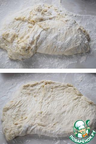 Выкладываем тесто при помощи скребка на подпыленный мукой стол и, скребком, растягиваем тесто в пласт (толщиной примерно 1-1,5 см).