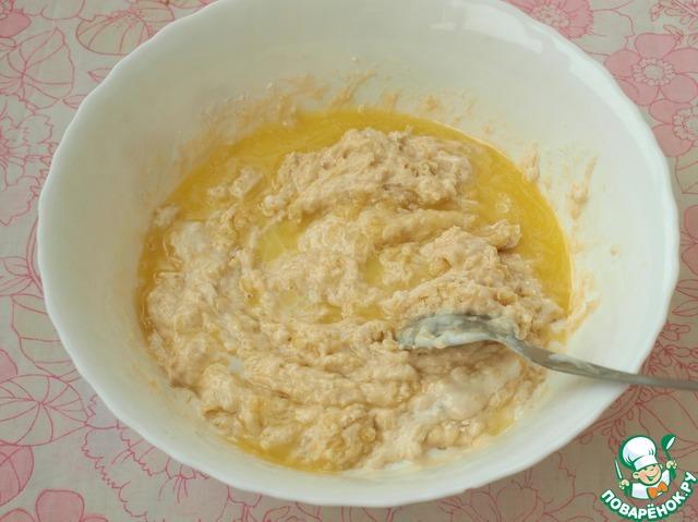 К оставшемуся кефиру добавить соду, расколотить и влить в тесто.   Растопить и остудить сливочное масло и также добавить его в тесто, тщательно перемешать пока тесто станет однородным.