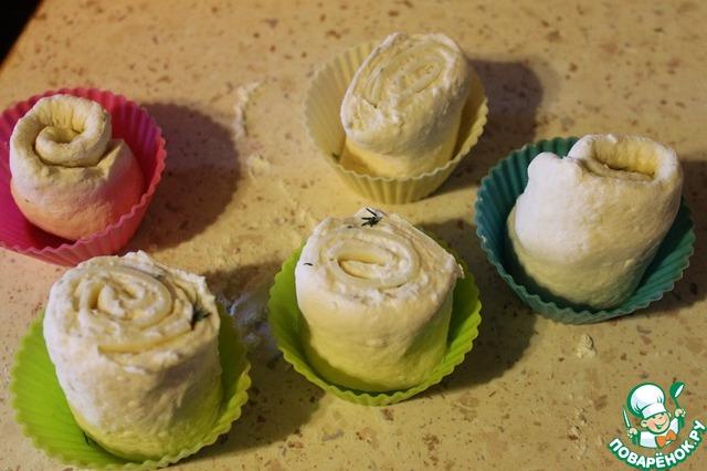 Выложить булочки в форму для кексов, или, если таковых нет, то можно просто на противень, застеленный пергаментом. Выпекать в заранее разогретой до 200 градусов духовке 20-30 минут. До румяного цвета.