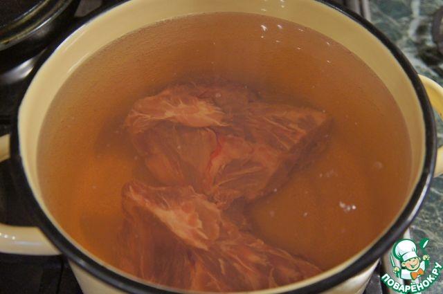 Мясо положить в кастрюлю, залить 3-мя л холодной воды, поставить на сильный огонь.    Дать закипеть, снять пену.