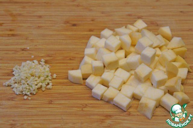 Репу очистить и нарезать кубиками.    Зелень измельчить. Чеснок мелко порубить.     Мясо вынуть из кастрюли и разделить на довольно крупные кусочки.     Бульон процедить.