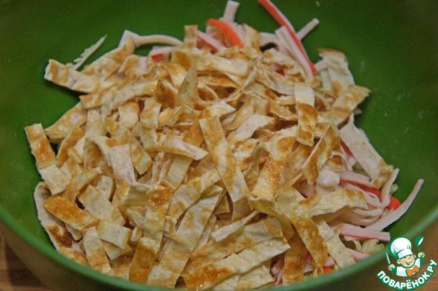 Остывшие омлетики нарезать неширокой лапшичкой и добавить в миску.