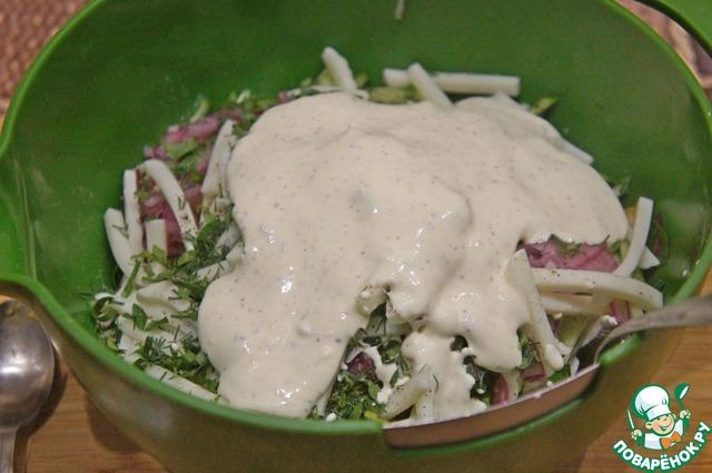 К продуктам в миске добавить измельченную кинзу и аккуратно перемешать. По вкусу посолить и поперчить. Влить заправку и снова аккуратно перемешать.