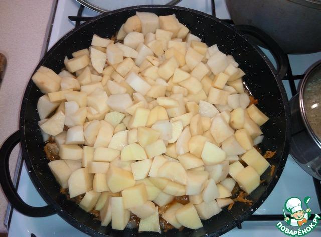 Добавить к мясу, перемешать, накрыть крышкой, тушить на медленном огне до готовности картофеля.