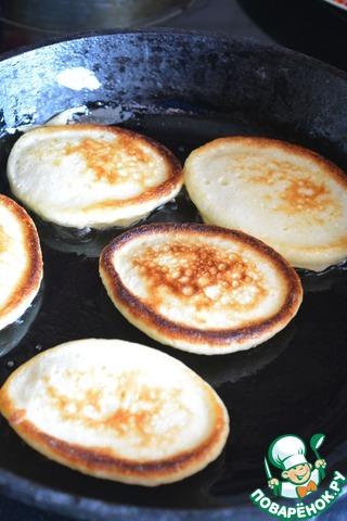 Жарьте оладьи на сковороде обычным способом, смазывая маслом сковороду и выкладывая тесто ложкой.       Я обычно на первой стороне жарю оладьи под крышкой, так они лучше поднимаются. Затем крышку снимаю, оладьи переворачиваю и дожариваю на второй стороне.        Масло для жарки я не указывала - просто смазывайте каждый раз сковороду маслом.