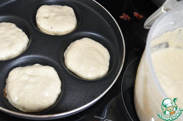 Сковороду смазываем маслом, лучше брать с тефлоновым покрытием, у меня специальная сковорода для выпечки оладий. На горячую сковороду ложкой кладём тесто. Печём на медленном огне.