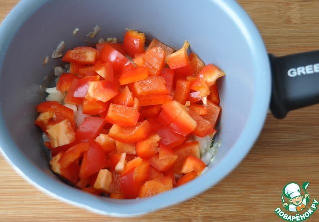 Болгарский перец моем, убираем перегородки и семена, режем кубиками, кладём в сотейник, тушим 2 минуты.
