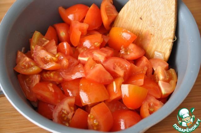 Кладём нарезанные кубиками помидоры, все перемешиваем и тушим 15 минут.