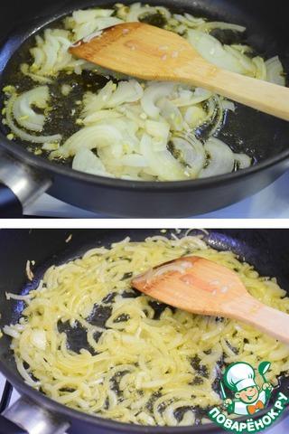 В сковороду добавить растительное и сливочное масло, растопить. Добавить лук и обжарить его до золотистого цвета.