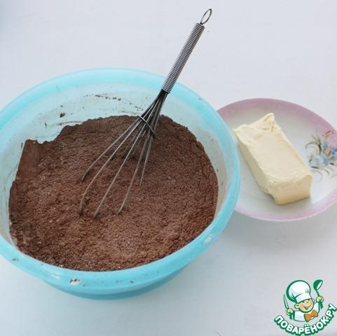 Смешайте в чашке все сухие ингредиенты, перемешайте. Добавьте мягкое сливочное масло.
