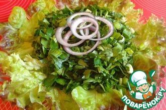 Салат из зелени с чесноком