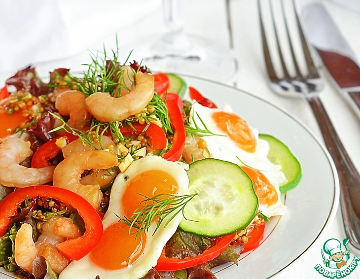 Овощной салат с креветками и яичницей
