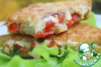 Горячий сэндвич с курицей и помидорами