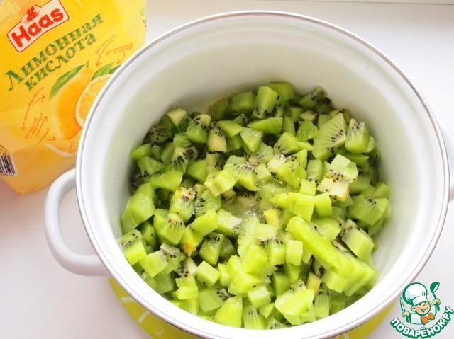 Добавить лимонную кислоту, перемешать. Лимонная кислота поможет сохранить цвет киви и придаст легкую кислинку.