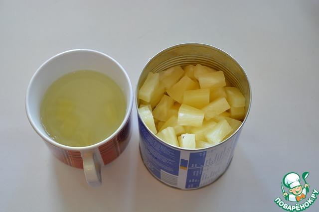 С банки консервированных ананасов слейте сироп