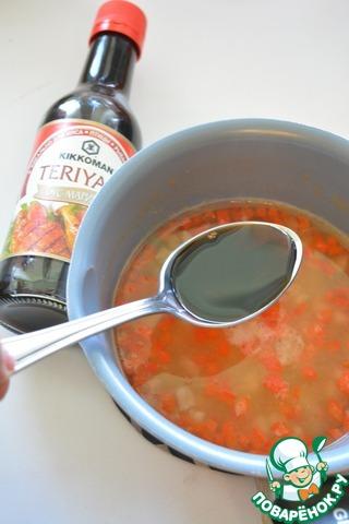 В сотейник влейте сироп с мякотью, добавьте вино, нарезанные кусочки ананаса и сладкого перца. Сюда же влейте соус Терияки Киккоман