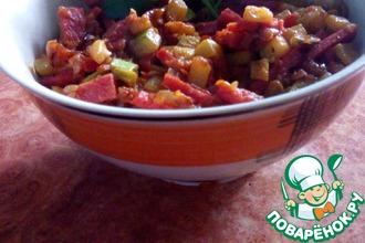 Горячий салат из кабачков и колбасы