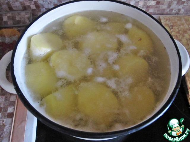 Поставить отвариваться картофель.