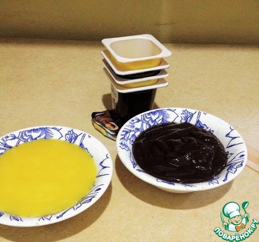 Переливаем йогурт в посудину.    Банановый отдельно, шоколадный отдельно.     Баночки от йогурта не выбрасываем - они послужат нам формами для заморозки.