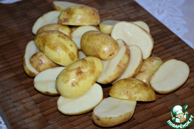 Лучше брать клубни небольшого размера, примерно с куриное яйцо.   Картофель тщательно вымыть, почистить щеткой для овощей. Обсушить и разрезать пополам.