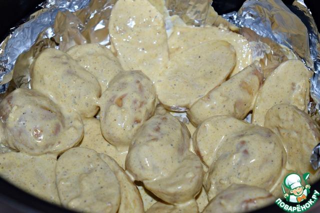 Чашу МВ застелить фольгой (2-3 слоя), выложить картофель. Выбрать режим ВЫПЕЧКА, выставить время 40 минут.