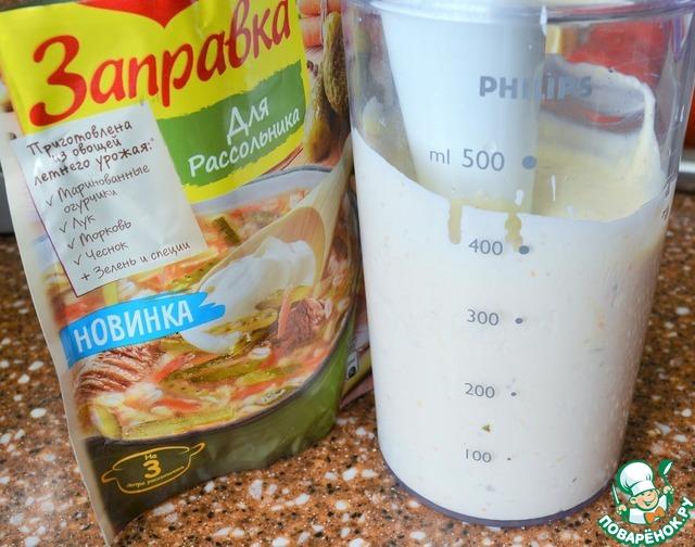 Импульсивным нажатием блендера взбить соус до однородного гладкого состояния.   Пару минут.