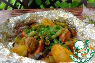 Картофель с сардельками и фасолью в фольге