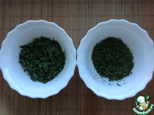 Зелень мелко нашинковать. У меня укроп и петрушка. Можно использовать любую зелень. Очень вкусно с кинзой, базиликом.