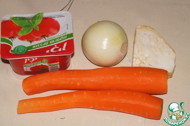 Морковь, лук и сельдерей почистить.