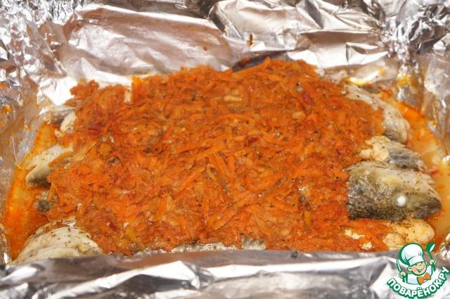 Готовую рыбу достать из духовки, дать ей немного остыть, затем аккуратно раскрыть фольгу.