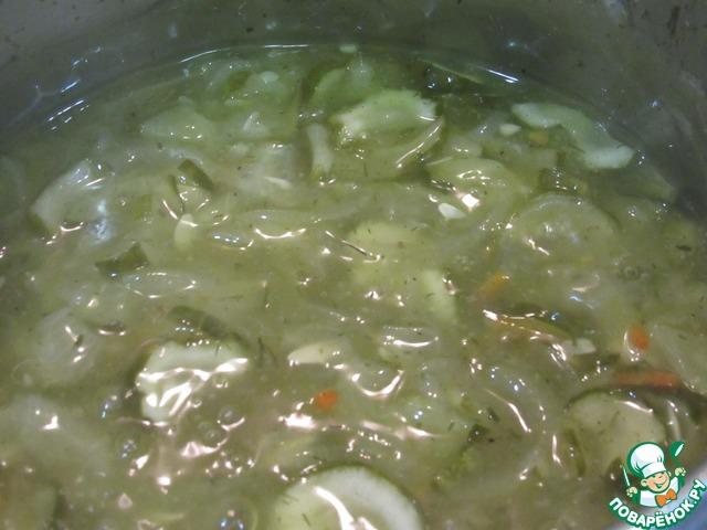 """Выкладываем огурцы с луком в сотейник. Добавляем стакан (250 мл) воды, сахар, уксус, черный перец, укроп и заправку """"Магги"""" для рассольника"""". Даем закипеть и варим на медленном огне до готовности огурцов и лука (готовые огурцы становятся прозрачными).    У соуса получится очень красивый желто- зеленоватый цвет, если добавить 1/4 чайной ложки куркумы."""