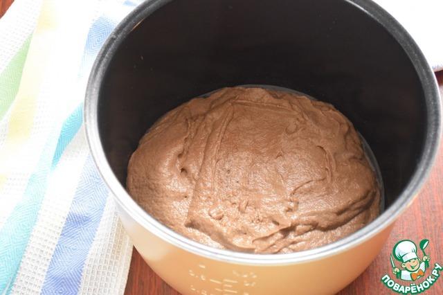 Чашу мультиварки смазать растительным маслом. Выкладываем тесто.