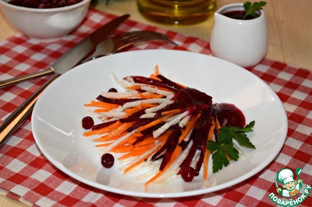 Непосредственно перед подачей смешать овощи в салатнике, выложить по тарелкам и приправить ягодной заправкой. При желании посолить. Нам же достаточно вкуса самой заправки, поэтому салат я не солю.
