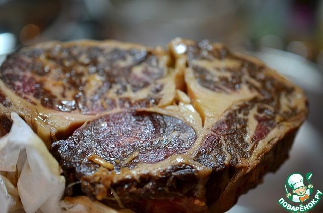 Перед приготовлением выдержите мясо при комнатной температуре около часа. Это делается для того, чтобы температура внутри куска распределялась равномерно. Обсушите мясо бумажными полотенцами.