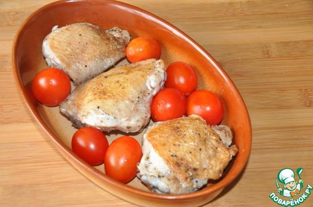 Перекладываем бёдра в форму, кладём помидоры черри и запекаем 40 минут при 180 градусах.   Автор предлагает запекать 20 минут, потом положить помидоры, но в этом случаем, на мой взгляд, помидоры не дойдут до необходимой мягкости.