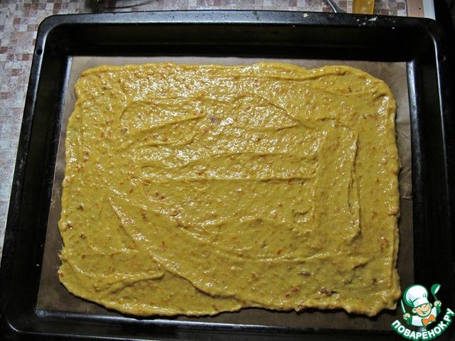 Тесто распределить равномерно на тефлоновом листе для выпекания. Если лист пергаментный смазать маслом и припылить мукой.
