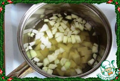Берем кастрюльку с толстым дном. Ставим на огонь, кладем сливочное масло и обжариваем только до прозрачности лук, потом выкладываем картошку, перемешиваем, добавляем мускатный орех и соль, вливаем горячую воду.